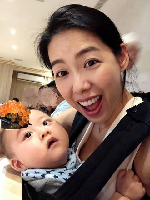 英國的凱特王妃生下第三胎後,在產後7小時就抱著襁褓中的小王子出院,公開露面接受媒體拍照,這對台灣人來說實在太不可思議,名模林可彤看了新聞,就在臉書回想自己之前生產後7小時在幹嘛?林可彤在24日臉書分...