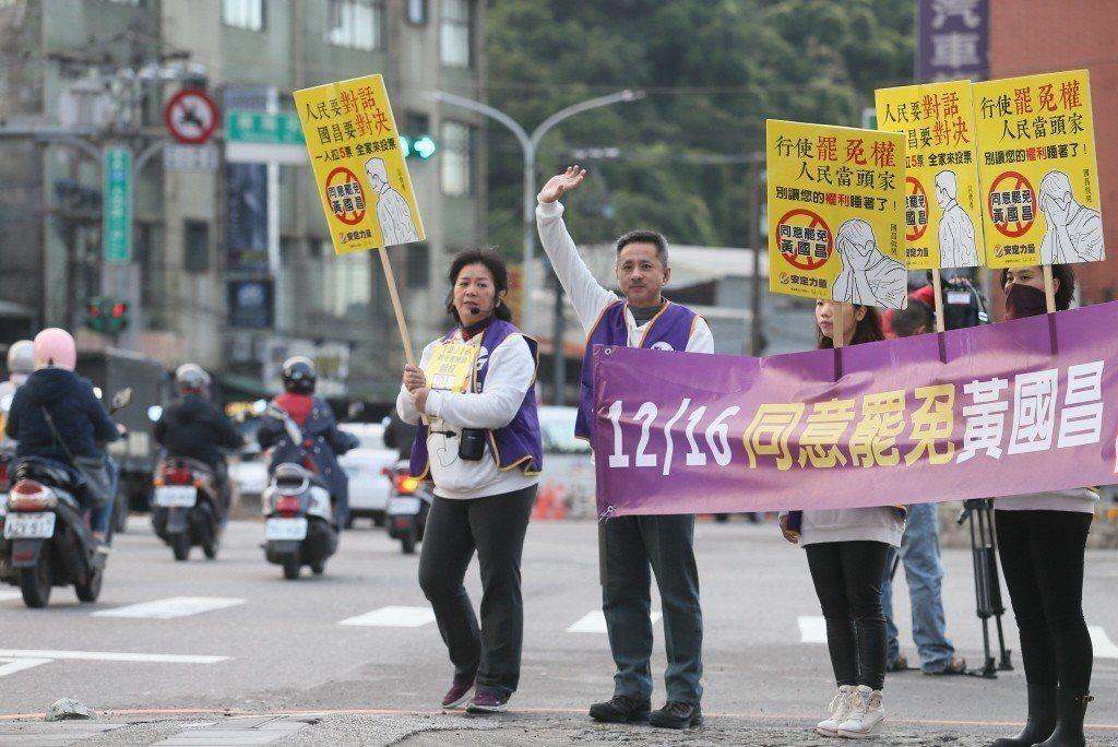 去年底的黃國昌罷免案,是宗教團體與政治人物的直球對決,其所展現的選舉實力,已不輸給任何一個普通政黨。 圖/聯合報系資料照