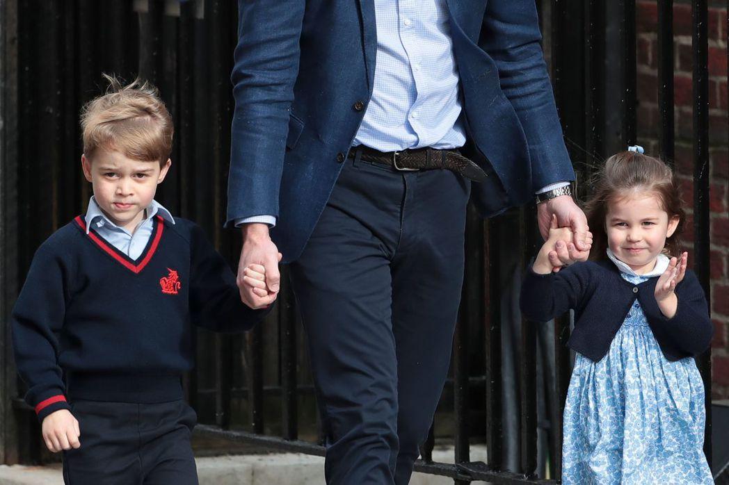 喬治王子和夏綠蒂公主23日到醫院探視剛出生的弟弟。 (法新社)