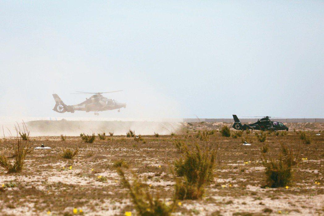 18日中共解放軍一架攜有彈藥的戰機起飛,參與在福建外海舉行的實彈演習;另一架武裝...