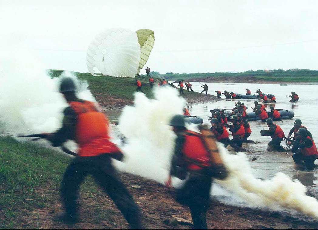 中共公布2000年3月軍事演習照片,圖為共軍部隊某部進行登陸演習。 圖/聯合報系...