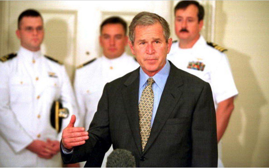 小布希2001年接見在南海撞機事件遭中國扣押的美國機組人員,並發表談話。 (路透...
