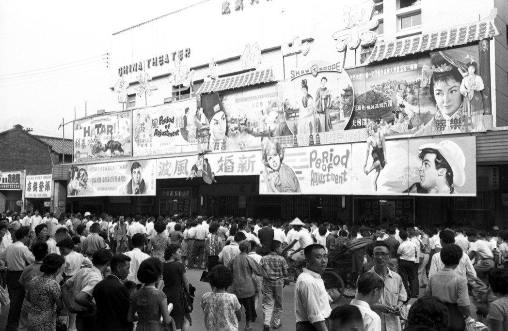 上映「梁山伯與祝英台」的中國戲院前擠滿排隊人潮。圖/報系資料照片