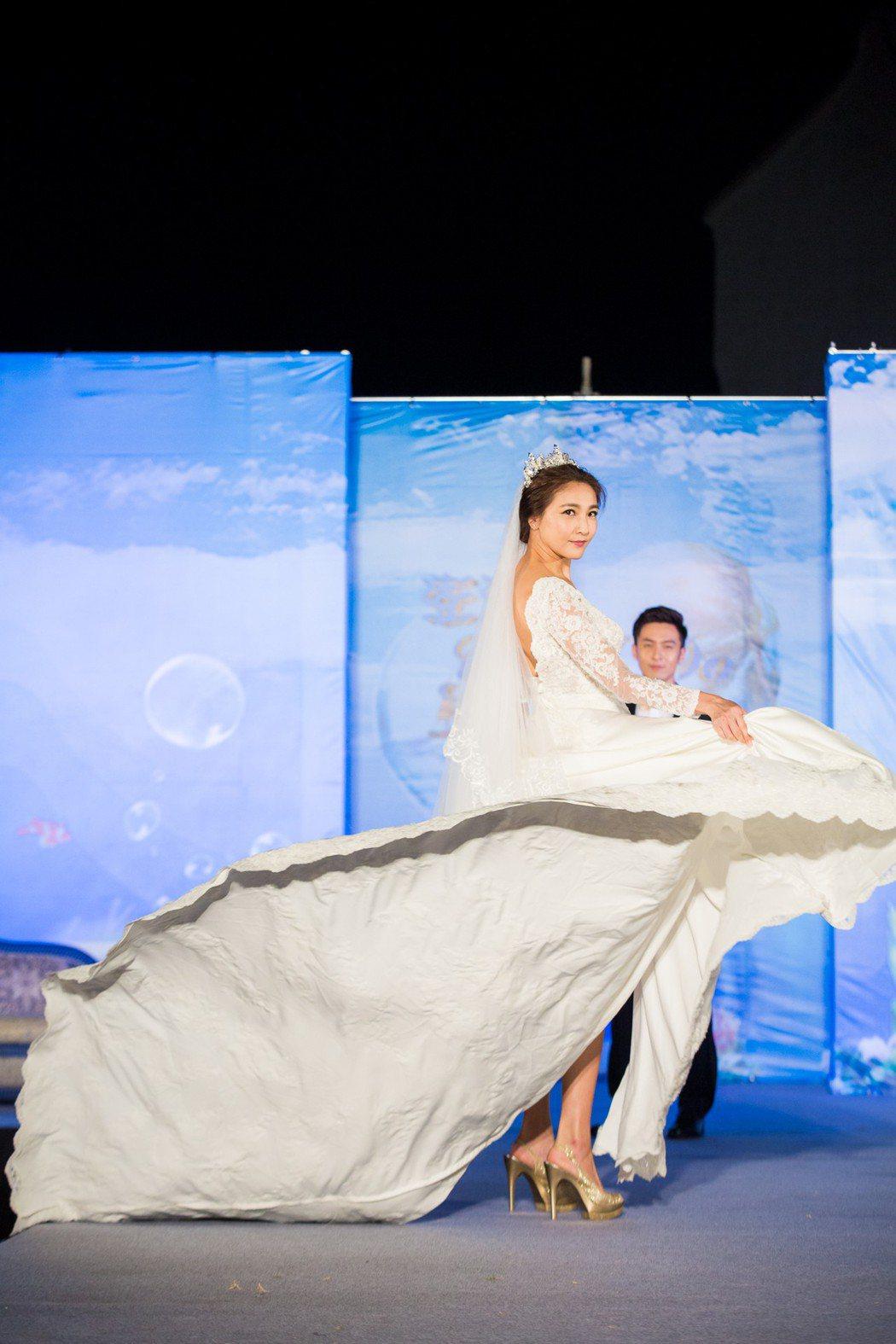 陳思璇披婚紗走秀。圖/澎湖縣政府旅遊處提供