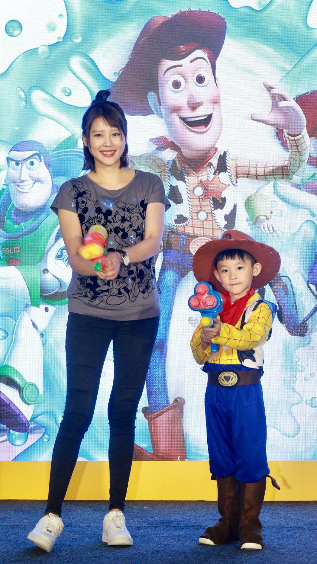 嚴立婷與兒子Willson母子一同出席「迪士尼巨星嘉年華」記者會,搶先體驗全新活...