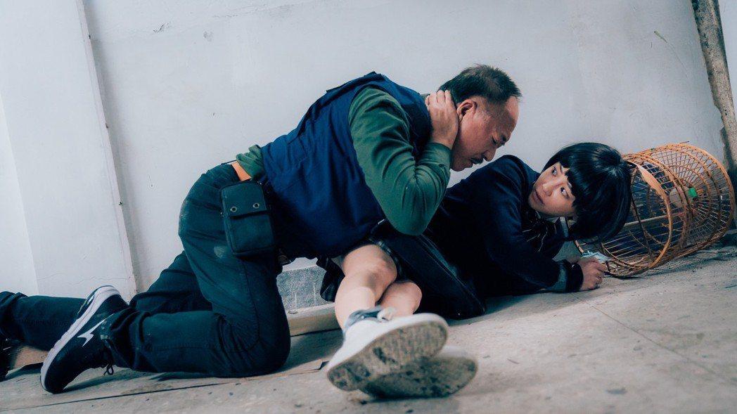 傅雷(左)為保護謝欣穎遭歹徒開槍中彈。圖/歐銻銻娛樂提供