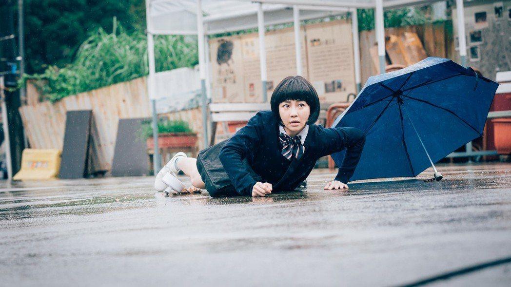 謝欣穎拍攝警匪槍擊戰的劇情。圖/歐銻銻娛樂提供