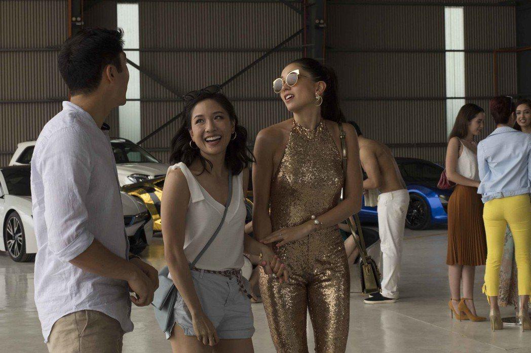 吳恬敏(中)在「瘋狂亞洲富豪」盡情搞笑。圖/華納兄弟提供