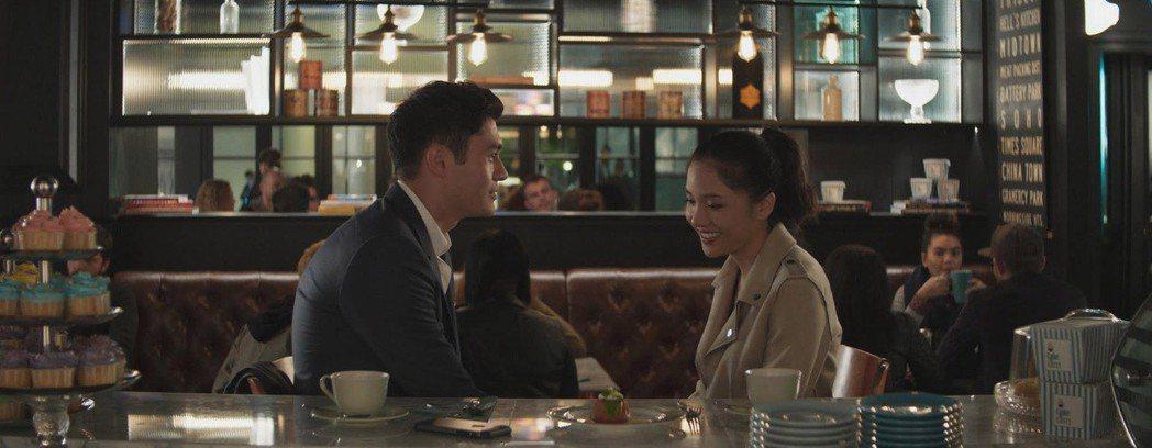吳恬敏(右)在「瘋狂亞洲富豪」盡情搞笑。圖/華納兄弟提供