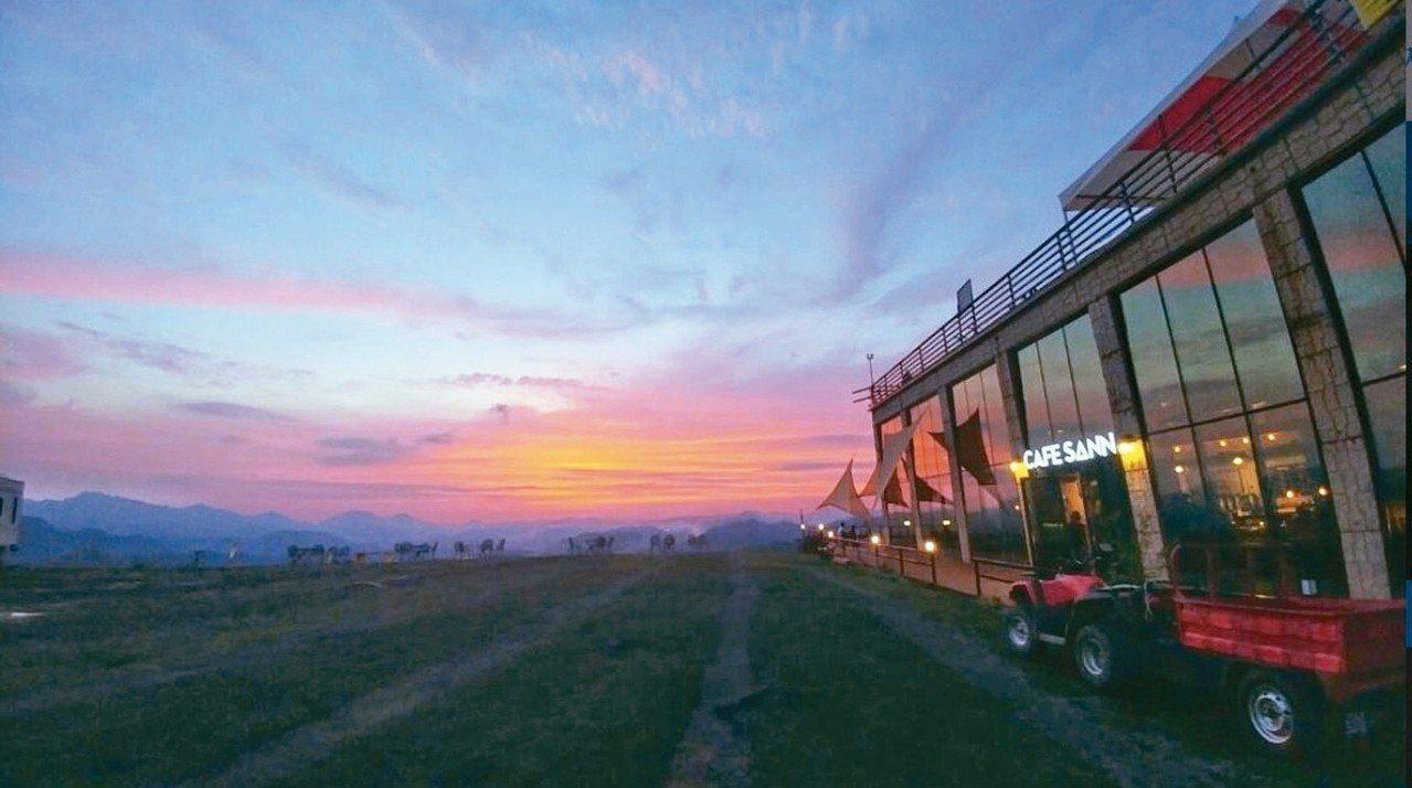 滑翔傘旁的CAFE SANN是當地熱門的景點。 圖/擷取自CAFE SANN I...