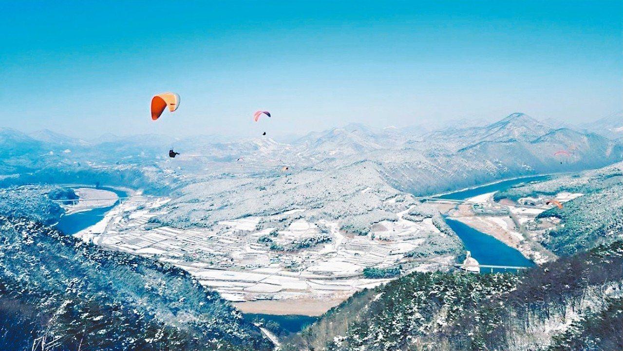 在冬天飛行欣賞南漢江的雪景。 圖/擷取自CAFE SANN Instagram