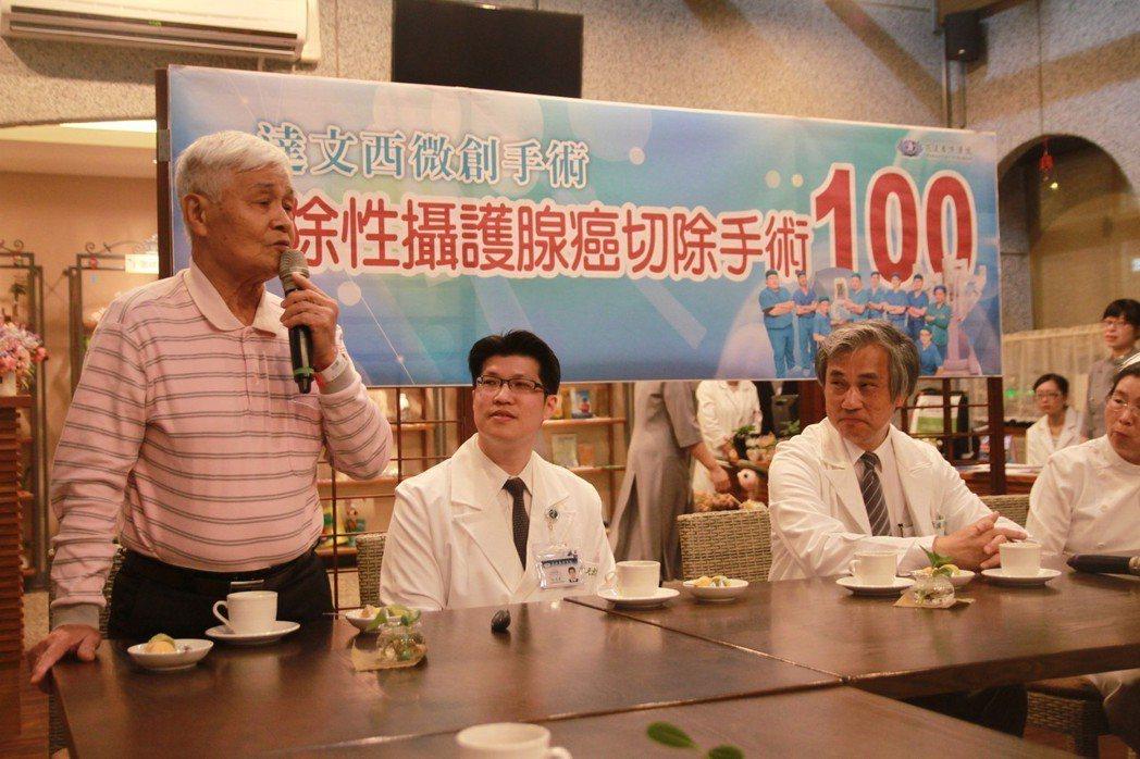 74歲的盧先生(左)在花蓮慈濟醫院接受根除性攝護腺達文西微創手術,恢復良好,昨天...