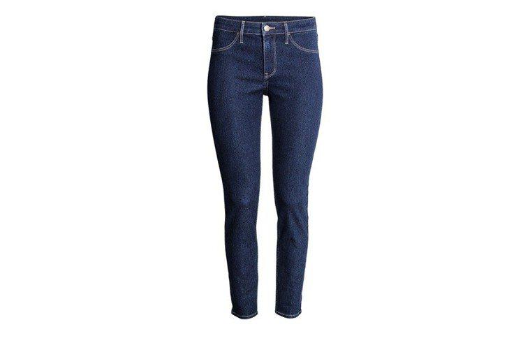 H&M 2018春夏度假系列緊身牛仔褲,約399元。圖/H&M提供