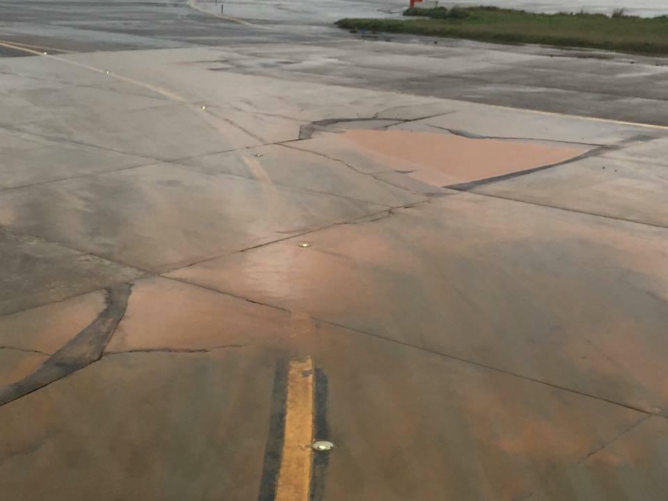桃園機場滑行道出現巨大坑洞還積水。圖/讀者提供