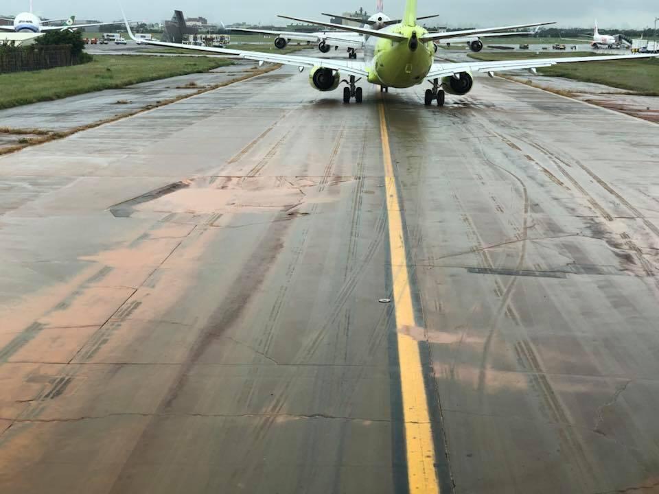 桃園機場滑行道上有許多坑洞,恐影響飛行。圖/讀者提供