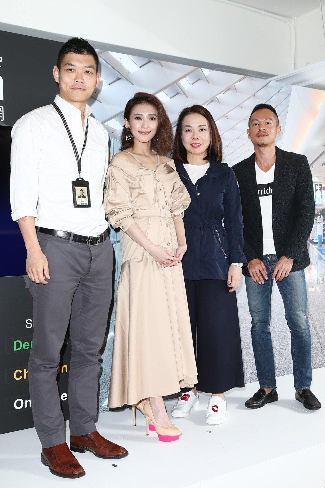 戴佩妮(左二)代言昇恆昌免稅預購網。記者蘇健忠/攝影