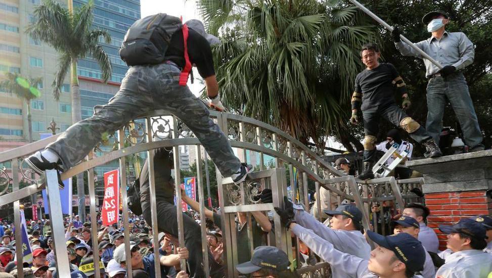 反年改團體「八百壯士」昨在立法院外集會,抗議民眾意圖衝進立院。 記者胡經周/攝影