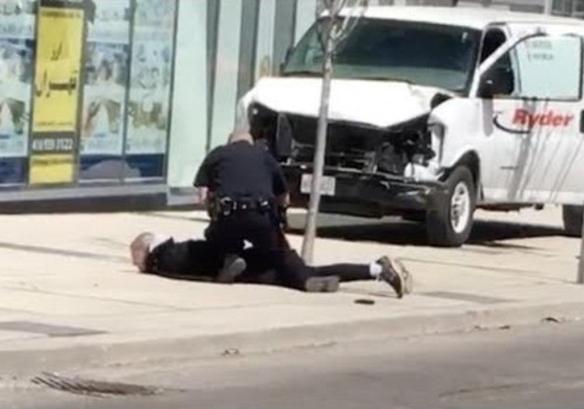 加國警察徒手生擒凶嫌畫面。路透