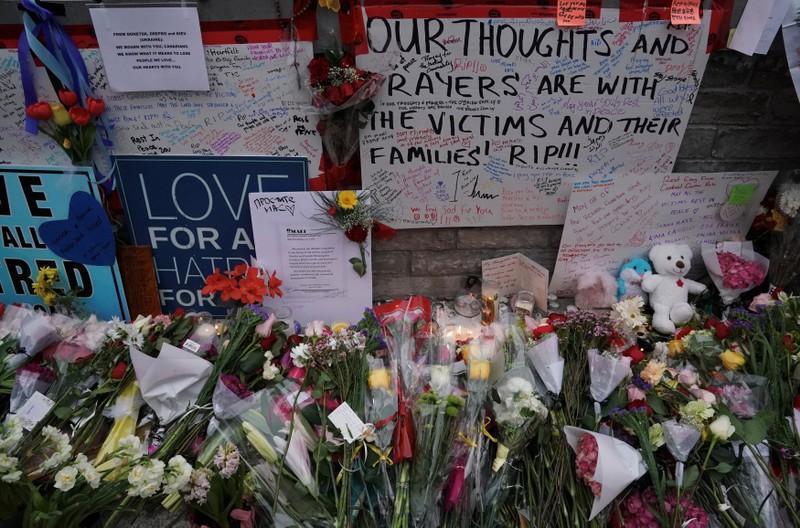 大批民眾在事發現場一處主要十字路口設立臨時紀念碑,並留下鮮花悼念遇難者。路透