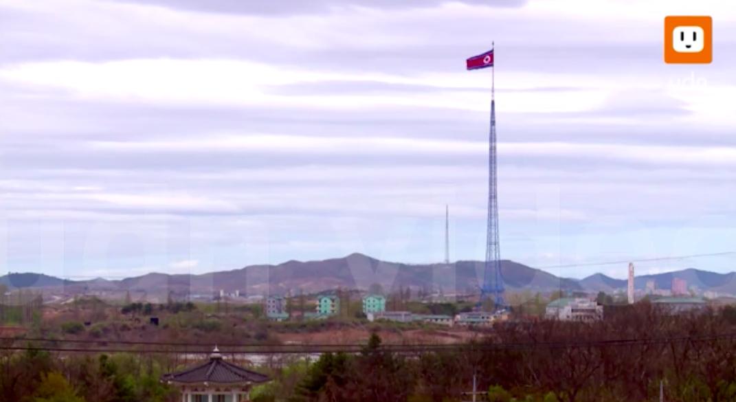 自由之村距離北韓僅幾百公尺,舉目望去即能看到北韓的國旗。