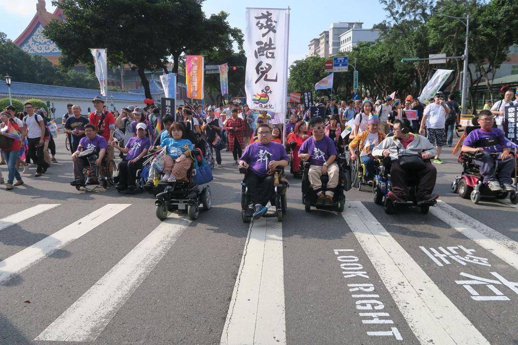 性權雖然憲法第22條的保障,然而目前障礙者的性權受到現實的諸多限制,他們幾乎無從實現性自由等權利。圖為手天使參加2017台灣同志大遊行。 圖/取自手天使官方臉書