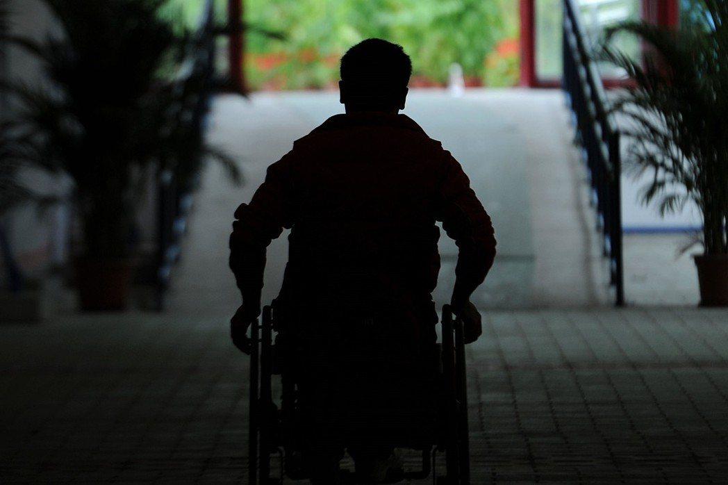 性專區設置只考慮到健全者的交易情狀,就算法律上未明文隔離,事實上仍可能排除障礙者近用的機會,進而構成歧視。圖為身障者示意圖。 圖/新華社