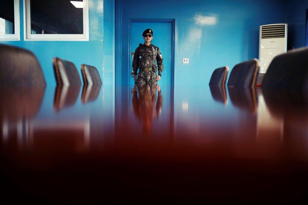 據說,這裡的軍人之所以戴著墨鏡,是為了不讓彼此眼神對視,敵軍如此接近,哪怕是一個...