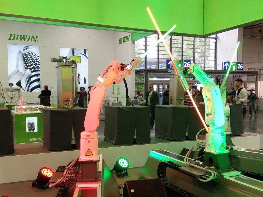 上銀科技機器手臂手持光劍對戰,奇幻的聲光效果猶如星際大戰電影場景。 上銀科技/提...