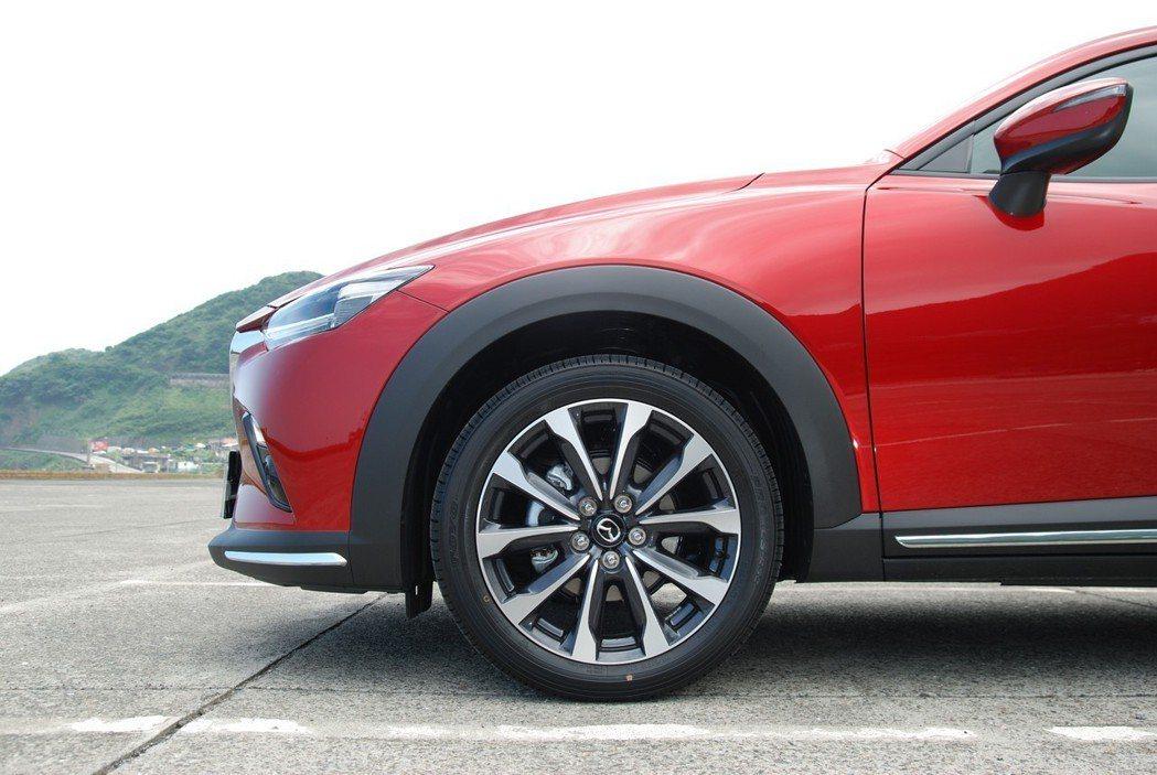 此次試駕的 CX-3 汽油旗艦型採 215/50 R18 的規格,原廠配胎為Toyo Proxes-R52。 記者林鼎智/攝影