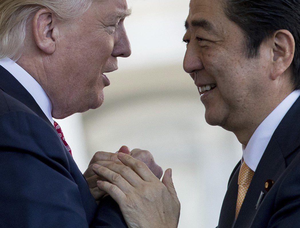 日本首相安倍晉三去年2月訪美,在白宮與川普互動親密。 美聯社