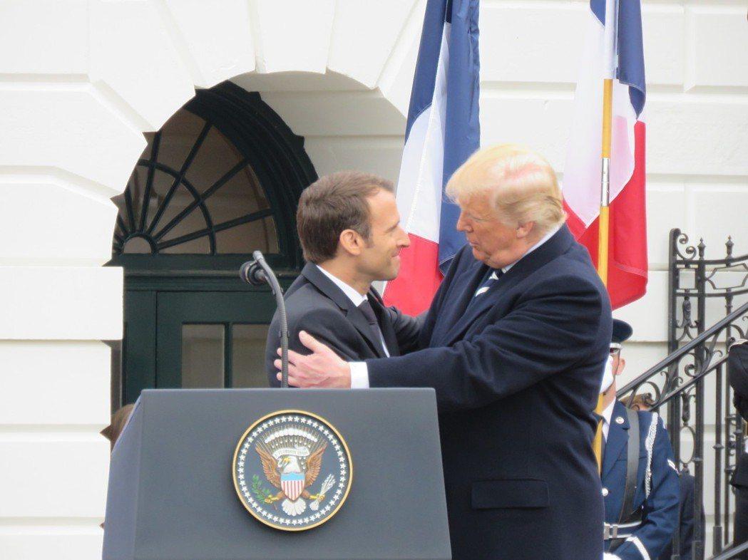 法國總統馬克宏(左)赴美進行國是訪問,24日於白宮歡迎儀式致詞後,與美國總統川普...