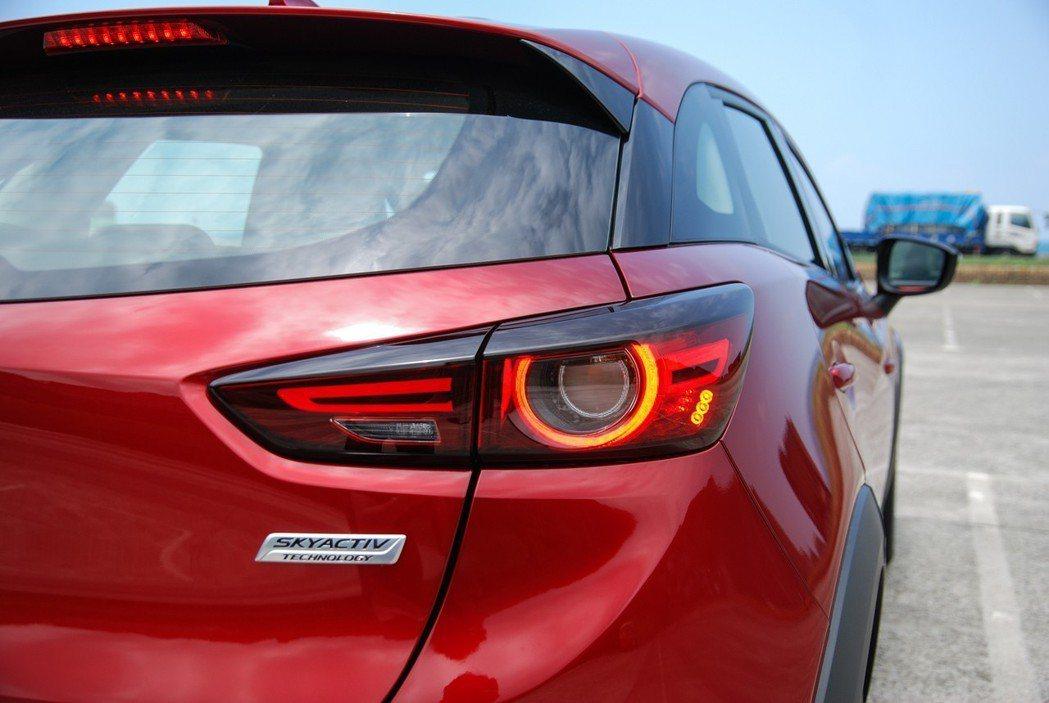 以汽缸、連桿為設計概念的 LED 造型尾燈,讓整體辨識度相當醒目。 記者林鼎智/攝影