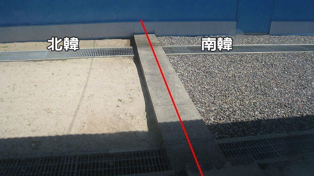 中間的水泥長條為分界線,左邊為北韓、右邊則是南韓,僅一步的距離。 圖片來源/WI...