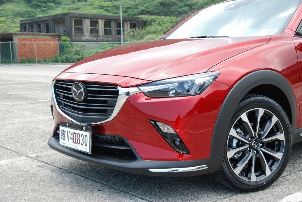 小改款 CX-3 在車頭換上粗細不一的雙幅水箱護罩,結合素色前下巴與鍍鉻飾條,讓外型更加精雕細琢。 記者林鼎智/攝影