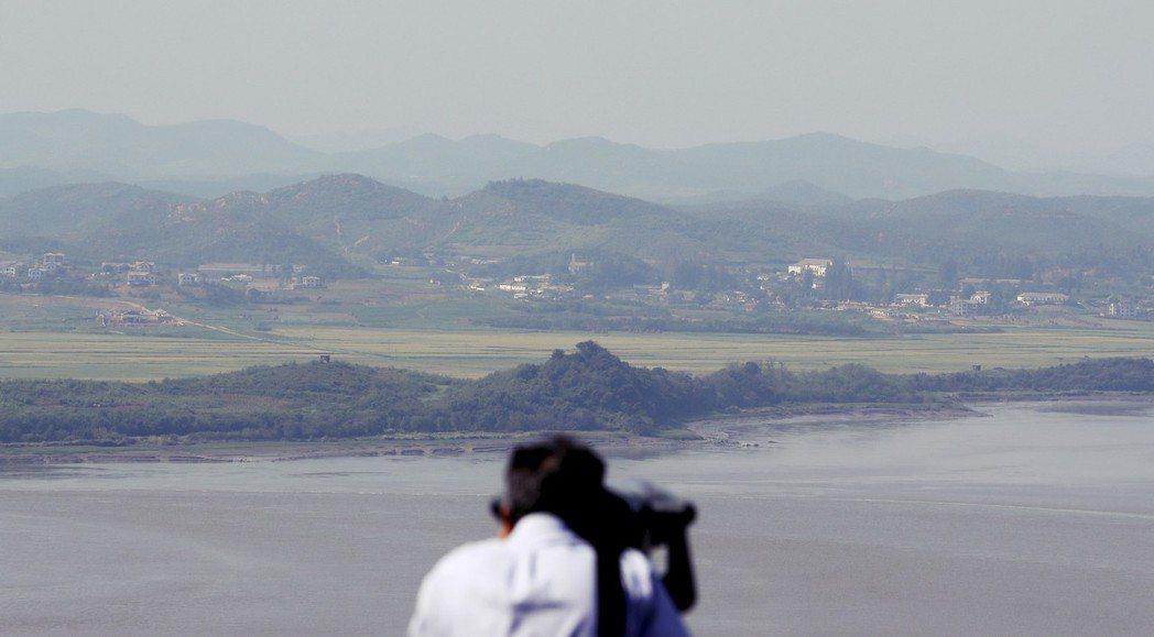 我們先到了「烏頭山統一展望台。」站在這個名為「統一」的展望台上觀望,北韓仍是遙遠...