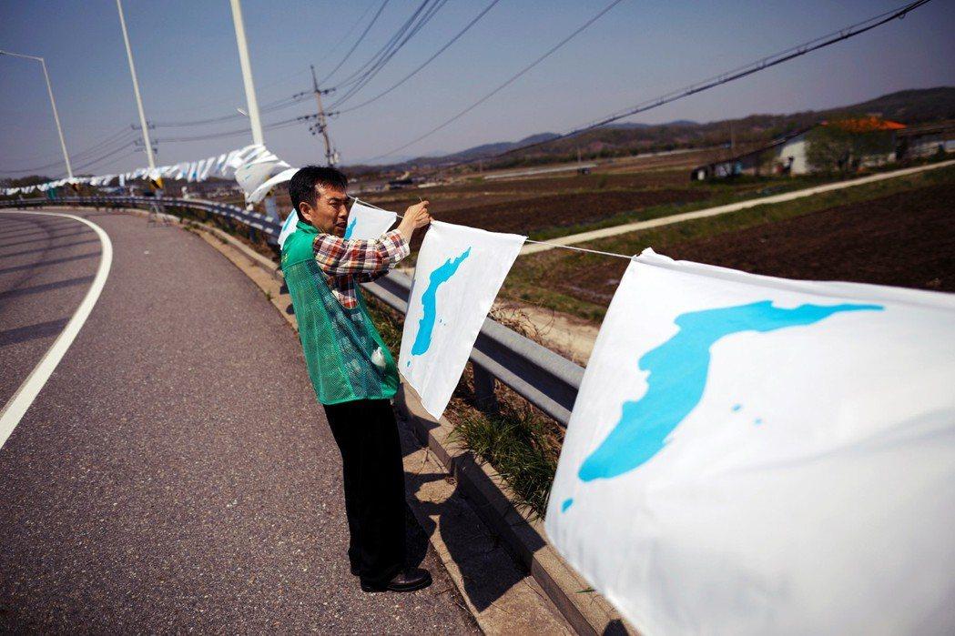 坡州路上的韓國統一旗。坡州市民總是要活在某種情境裡:面對北韓一萬個可能發射的大砲...