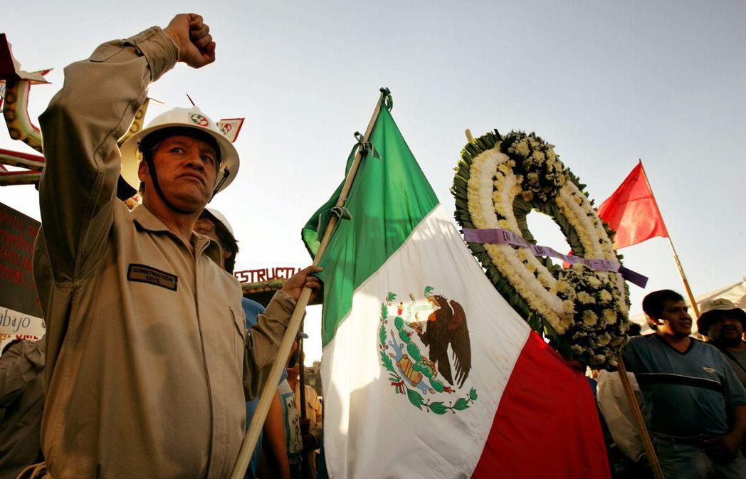 墨西哥的民粹是如何形成的?圖為2006年墨西哥電訊工人抗議。 圖/路透社