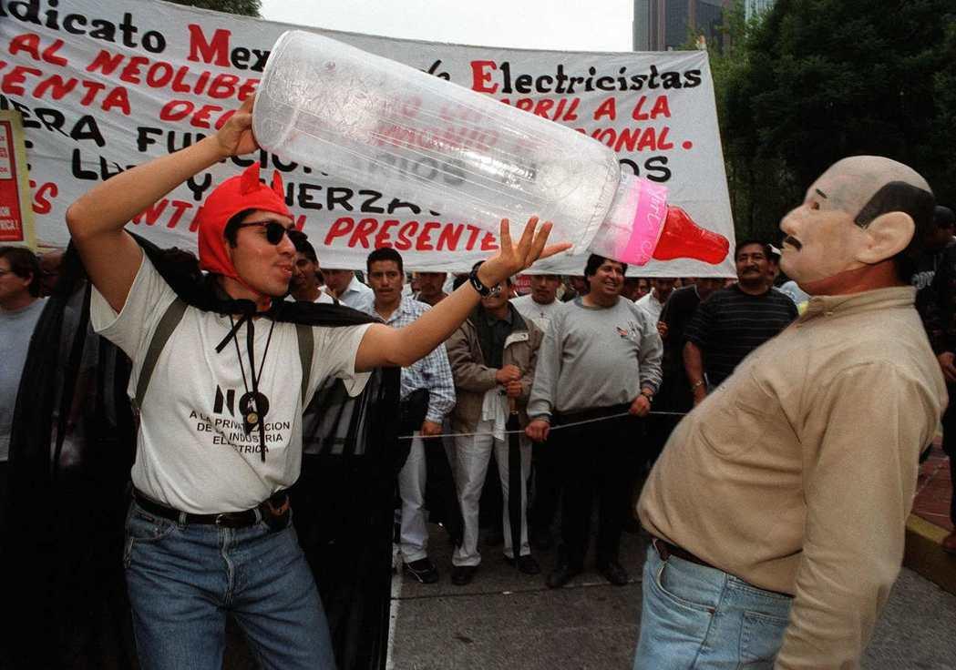 1999年電力工人扮成小惡魔與前總統沙利納斯(Carlos Salinas),抗...