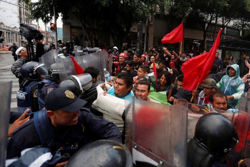 CNTE鼓勵會員過讓選票給羅培茲,希望借他拉下PRI與其極大爭議的教育改革方案。...