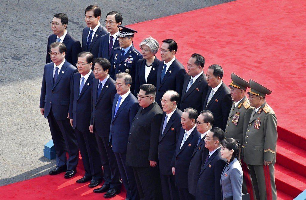 兩韓領袖和南北韓官員站在台階上大合照,留下難得的歷史性畫面。 美聯社