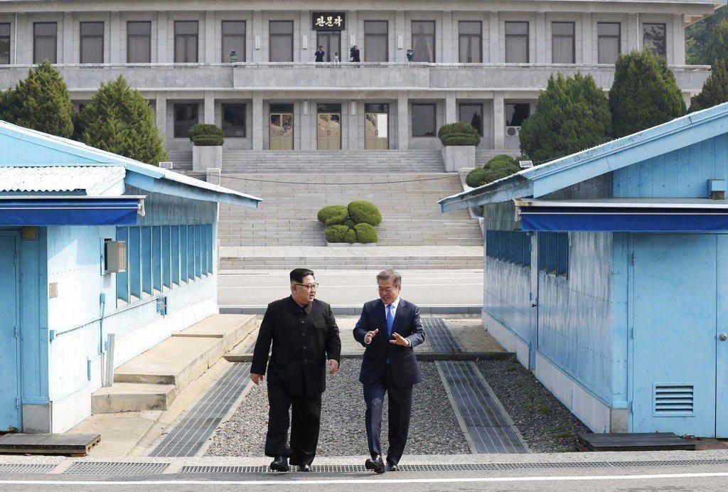 北韓領導人金正恩(左)和南韓總統文在寅於板門店會談。 美聯社