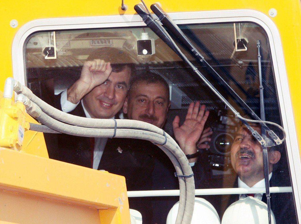 2007年的BTK鐵路動工典禮上,擠在火車頭裡的喬治亞總統薩卡希維利(左)、亞塞...