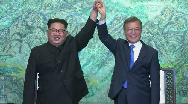 文在寅與金正恩在和平之家簽署板門店宣言。圖/取自彭博社