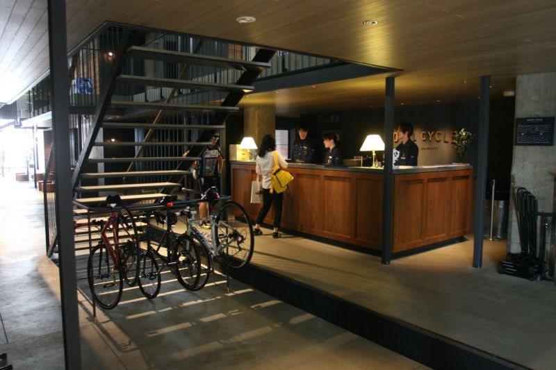 ▲旅館櫃台周圍都是掛單車的車架,方便單車客入住。 (photo by 達叔)