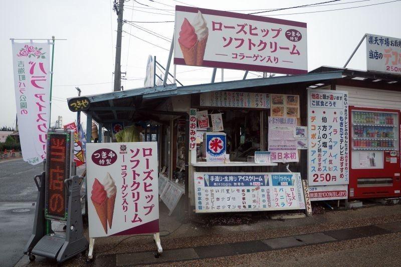 ▲吉海玫瑰花園旁有許多在賣玫瑰霜淇淋的店家。 (photo by 達叔)