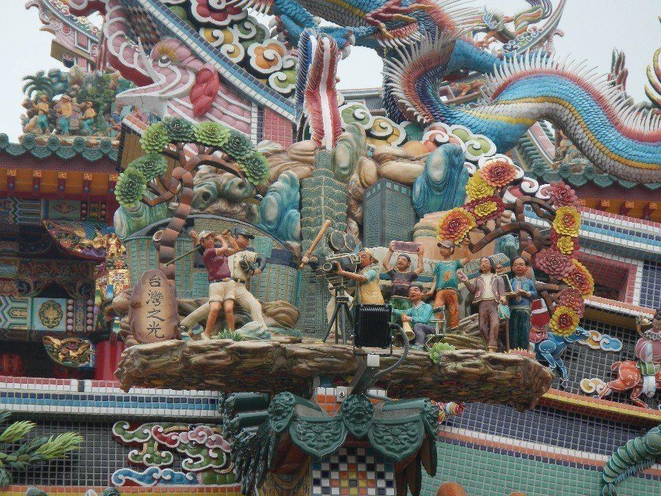 ▲連王建民、李安、曾雅妮都被供到南天宮的屋頂雕刻了! (弱腳哈洛德攝)