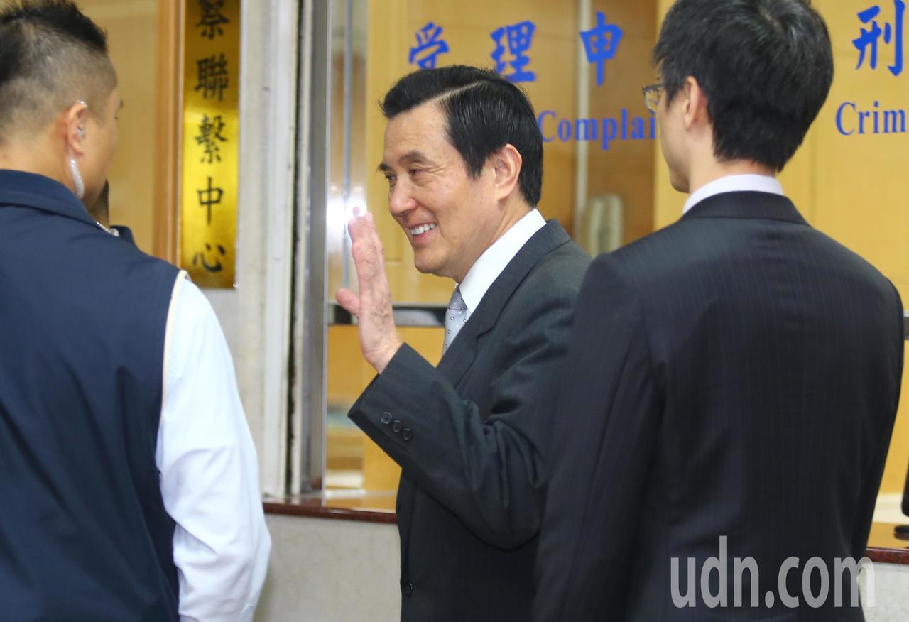 台北地檢署調查國民黨三中黨產案,上午以被告身分傳喚前總統馬英九(中)及國民黨前行...
