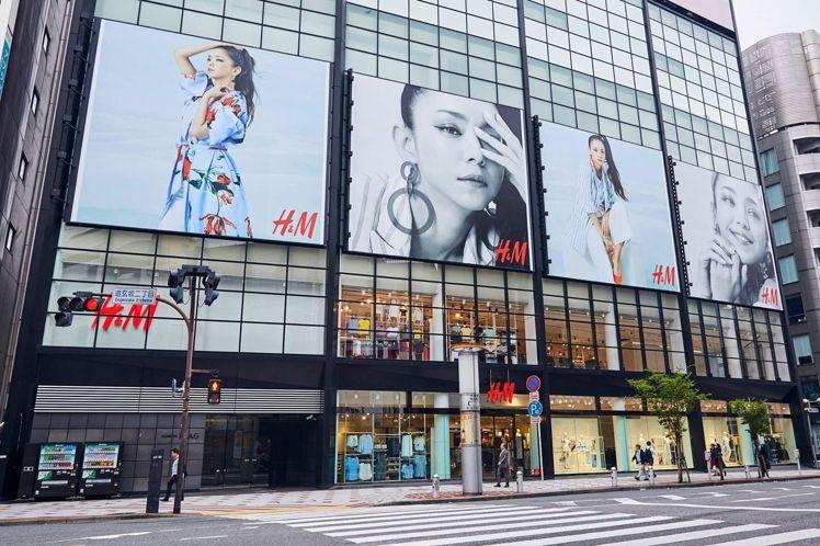 H&M在日本門市的外牆上,也換上了由安室奈美惠詮釋的新形象廣告。圖/H&M提供