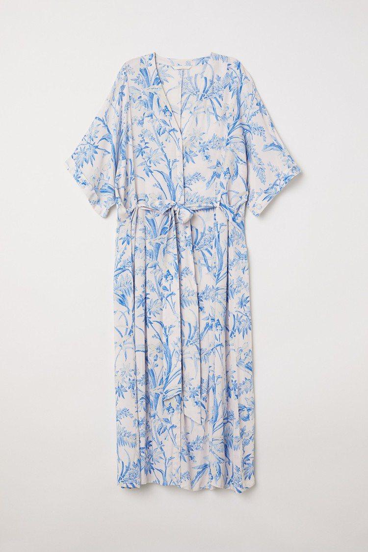 H&M 2018春夏度假系列印花罩衫,約1,299元。圖/H&M提供