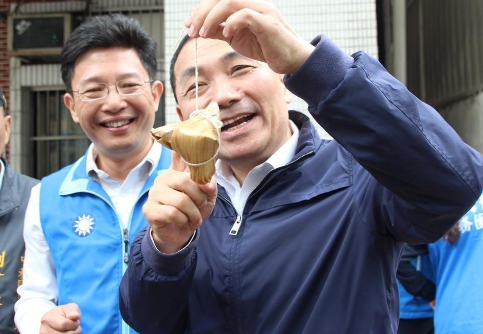 全國最高票議員金瑞龍(左),在上屆選舉失利後,繼續勤跑基層拜票。記者魏翊庭/攝影